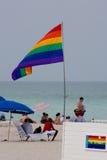 Niet geïdentificeerde mensen en de vrolijke vlag op het beroemde strand van Miam Stock Afbeelding