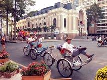 Niet geïdentificeerde mensen met driewielers in Saigon (Ho-Chi-Minh-Stad) onder uitstekende kleur Royalty-vrije Stock Foto's