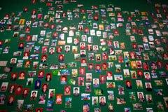 Niet geïdentificeerde mensen op een groene muur in een kunsttentoonstelling in Shan Stock Afbeelding
