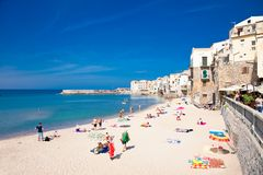 Niet geïdentificeerde mensen op zandig strand in Cefalu, Sicilië Royalty-vrije Stock Foto's