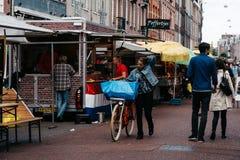 Niet geïdentificeerde mensen in straatmarkt in Amsterdam Stock Foto