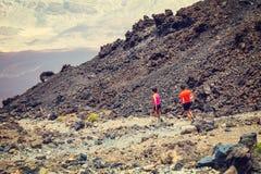 Niet geïdentificeerde mensenlooppas vanaf de bovenkant van de Vulkaan van Gr Teide, Tenerife, Spanje Stock Foto's