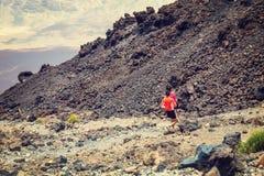 Niet geïdentificeerde mensenlooppas vanaf de bovenkant van de Vulkaan van Gr Teide, Tenerife, Spanje Royalty-vrije Stock Foto's