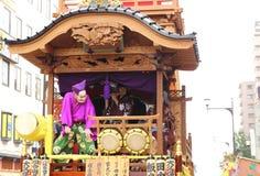 Niet geïdentificeerde mensenverbinding aan de parade voor kawagoefestival op 19 Oct 2013 in Kawagoe stock afbeeldingen