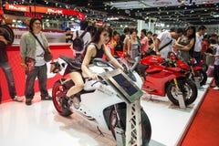 Niet geïdentificeerde modellering gepost over Ducati 899 motorfiets Royalty-vrije Stock Afbeeldingen