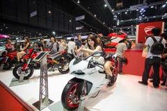 Niet geïdentificeerde modellering gepost over Ducati 899 motorfiets Stock Afbeelding