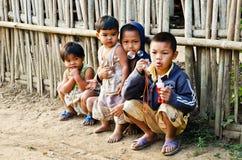 Niet geïdentificeerde Mon-kinderen 5-12 jaar die met bellen spelen. Royalty-vrije Stock Fotografie