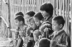 Niet geïdentificeerde Mon-kinderen 5-12 jaar die met bellen spelen Stock Afbeeldingen