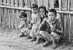 Niet geïdentificeerde Mon-kinderen 5-12 jaar die met bellen spelen Stock Fotografie