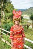 Niet geïdentificeerde Mong-stam jonge vrouw met traditionele kleren en Royalty-vrije Stock Foto
