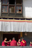 Niet geïdentificeerde monniken die en een traditionele ceremonie spreken voorbereiden royalty-vrije stock foto's