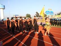 Niet geïdentificeerde mooie holding een teken van Universiteit Chaopraya in de Universitaire Spelen van 40ste Thailand Stock Foto's