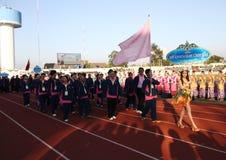 Niet geïdentificeerde mooie holding een teken van Universiteit Chulalongkorn in de Universitaire Spelen van 40ste Thailand Royalty-vrije Stock Foto