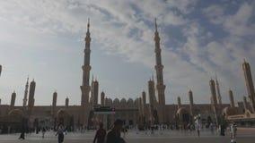 Niet geïdentificeerde Moslim buiten de ingang van Nabawi-Moskee stock video