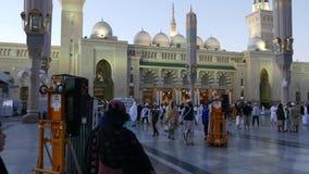 Niet geïdentificeerde Moslim buiten de ingang van Nabawi-Moskee Niet geïdentificeerde Moslimarbeider buiten de samenstelling van  stock videobeelden