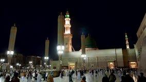 Niet geïdentificeerde Moslim buiten de samenstelling van Nabawi-Moskee stock video