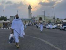 Niet geïdentificeerde Moslimpelgrims in witte ihramdoek in Taif, Saudi-Arabië Stock Foto