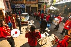 Niet geïdentificeerde musici in traditioneel Nepalees huwelijk Royalty-vrije Stock Foto