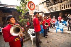 Niet geïdentificeerde musici in traditioneel Nepalees huwelijk Royalty-vrije Stock Foto's