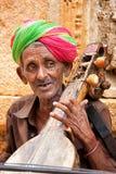 Niet geïdentificeerde musicus die Sitar op Jaisalmer straat, India speelt Stock Foto's
