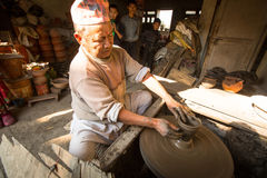 Niet geïdentificeerde Nepalese mens die in de zijn aardewerkworkshop werken Royalty-vrije Stock Foto