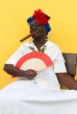 Niet geïdentificeerde oude dame met een fijne sigaar Royalty-vrije Stock Afbeeldingen