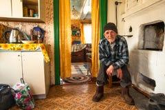 Niet geïdentificeerde oude mens Veps - kleine Finno-Ugric mensen die op grondgebied van het gebied van Leningrad in Rusland leven Stock Foto's