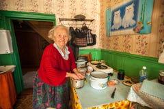Niet geïdentificeerde oude vrouw Veps - kleine Finno-Ugric mensen die op grondgebied van het gebied van Leningrad in Rusland leve Stock Afbeeldingen