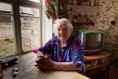 Niet geïdentificeerde oude vrouw Veps - kleine Finno-Ugric mensen die op grondgebied van het gebied van Leningrad in Rusland leve Stock Foto's