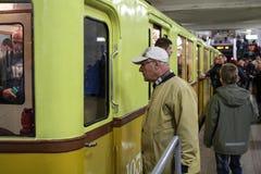 Niet geïdentificeerde oudere mens die op een tentoonstelling van oude metroauto's letten Royalty-vrije Stock Fotografie