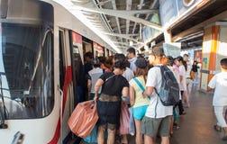 Niet geïdentificeerde passagiersgangen in BTS Skytrain Stock Foto