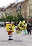 Niet geïdentificeerde persoon in de verkopende Ballons van Sponsbob costume Stock Afbeeldingen