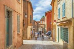 Niet geïdentificeerde poople die in straat, Architectuur lopen van Saint Tropez -stad in Franse Riviera, Frankrijk Stock Fotografie