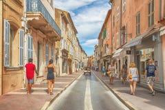 Niet geïdentificeerde poople die in straat, Architectuur lopen van Saint Tropez -stad in Franse Riviera, Frankrijk Stock Foto's