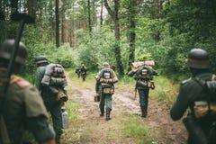 Niet geïdentificeerde re-Enactors kleedden zich als Duitse Militairen die Alo marcheren Royalty-vrije Stock Fotografie
