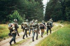 Niet geïdentificeerde re-Enactors kleedden zich als Duitse Militairen die Alo marcheren Stock Afbeelding
