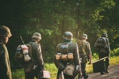 Niet geïdentificeerde reenactors kleedden zich als Duitse militairen Royalty-vrije Stock Fotografie
