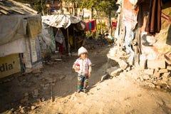 Niet geïdentificeerde slechte kinderen dichtbij hun huizen bij krottenwijken in Tripureshwor-district, Katmandu Royalty-vrije Stock Afbeelding