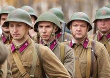 Niet geïdentificeerde Sovjetmilitairen in rij Royalty-vrije Stock Afbeeldingen