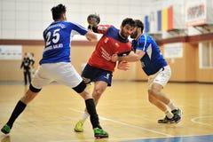 Niet geïdentificeerde spelers in actie bij Roemeens Handbal Nationaal Kampioenschap royalty-vrije stock foto