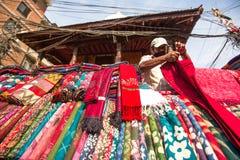 Niet geïdentificeerde straatverkoper in historisch centrum van stad, 28 Nov., 2013 in Katmandu, Nepal Grootste stad van Nepal Royalty-vrije Stock Afbeeldingen