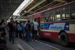 Niet geïdentificeerde Thaise mensen die bij de bushalte in Bangkok wachten Stock Afbeelding