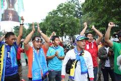 Niet geïdentificeerde Thaise voetbalventilators in actie Royalty-vrije Stock Foto's