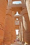Niet geïdentificeerde toerist dichtbij kolommen van de Grote Hypostyle Zaal bij de Tempels van Karnak, Egypte Stock Afbeeldingen