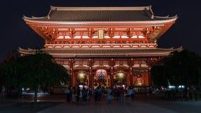 Niet geïdentificeerde toeristen die de Tempel van Sensoji Kannon op Asakusa-gebied Tokyo, Japan bezoeken stock foto