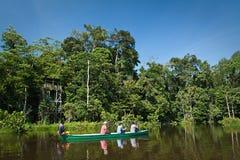 Niet geïdentificeerde toeristen die een kano in paddelen Stock Foto