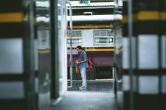 Niet geïdentificeerde toeristen die een trein wachten stock foto's