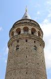 Niet geïdentificeerde toeristen die van mening over de bovenkant van Historische Galata-Toren genieten Stock Afbeelding
