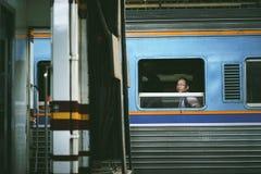 Niet geïdentificeerde toeristen op een trein stock afbeelding
