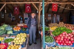 Niet geïdentificeerde Turkse verkopers verkopende fruit en groenten in zijn winkel in Konya-stad royalty-vrije stock foto's